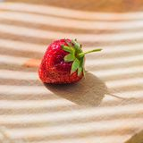 在木背景的水多的新鲜的草莓 免版税库存图片