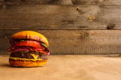 在木背景的汉堡包 免版税库存图片
