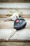 在木背景的汽车钥匙 库存图片