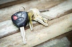在木背景的汽车钥匙 免版税库存照片