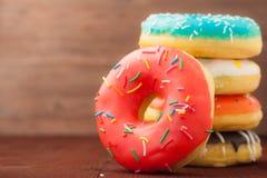 在木背景的油炸圈饼 速食 快餐 免版税库存图片