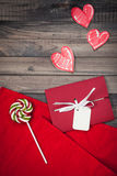 在木背景的浪漫红色信封 库存照片