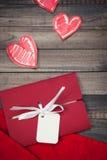 在木背景的浪漫红色信封 免版税库存图片