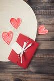 在木背景的浪漫红色信封 库存图片