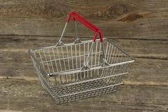 在木背景的消费者篮子 库存照片