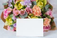 在木背景的淡色花束与空标识符 复制 免版税库存图片