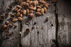 在木背景的混杂的坚果 库存照片