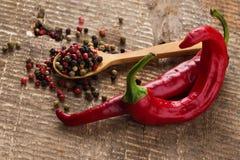 在木背景的混杂的pepperand辣椒 免版税库存照片