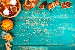在木背景的温泉概念:芳香油,盐,肥皂,柑橘,桂香蜡烛 免版税库存照片