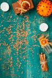 在木背景的温泉概念:芳香油,盐,肥皂,柑橘,桂香蜡烛 免版税库存图片