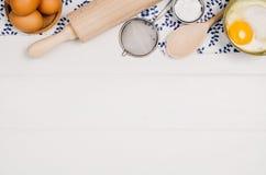 在木背景的烘烤的蛋糕或薄饼成份顶视图 图库摄影