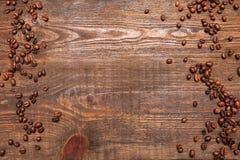 在木背景的烤咖啡豆框架 库存照片
