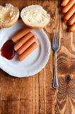 在木背景的烤香肠与文本的空间 免版税库存照片
