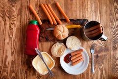 在木背景的烤香肠与文本的空间 免版税图库摄影