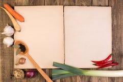在木背景的烹饪书籍 免版税库存图片