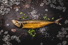 在木背景的熏制的鲭鱼 顶视图 免版税库存图片