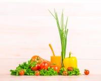 在木背景的特写镜头有机菜 明亮的莴苣和荷兰芹 健康蕃茄,胡椒 可口橙汁 免版税库存图片