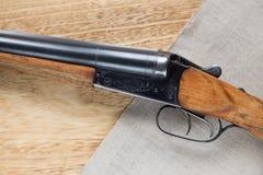 在木背景的狩猎猎枪 免版税库存照片