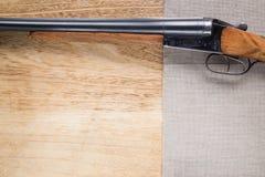 在木背景的狩猎猎枪 免版税库存图片