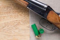 在木背景的狩猎猎枪 免版税图库摄影