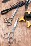 在木背景的理发店工具 免版税图库摄影