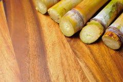 在木背景的甘蔗 免版税库存照片