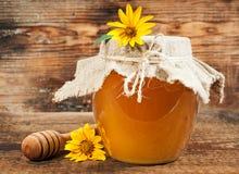 在木背景的甜蜂蜜 图库摄影