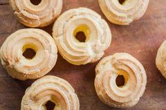 在木背景的甜bisquits 免版税库存照片
