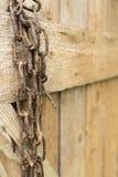在木背景的生锈的老金属链子 免版税库存照片