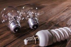 在木背景的电灯泡 免版税库存照片