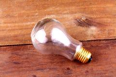 在木背景的电灯泡 库存图片