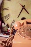 在木背景的电话 免版税库存照片
