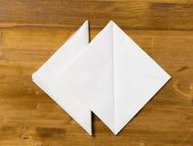 在木背景的白皮书餐巾的 库存照片