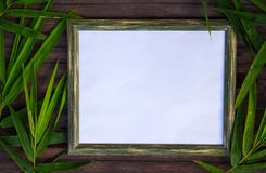 在木背景的白纸和竹平的位置 与空白的地方的自然土气照片框架文本的 免版税库存照片