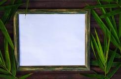 在木背景的白纸和竹平的位置 与空白的地方的自然土气照片框架文本的 库存图片