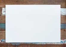 在木背景的白纸纹理 库存图片