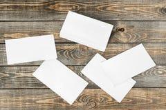 在木背景的白纸 免版税库存照片