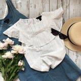 在木背景的白色女衬衫 免版税图库摄影