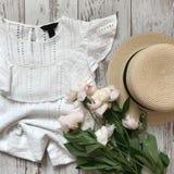 在木背景的白色女衬衫 免版税库存照片