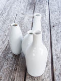 在木背景的白色花瓶 免版税库存图片