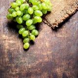 在木背景的白葡萄束 绿色葡萄, countr 免版税库存图片