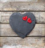 在木背景的石心脏 库存照片