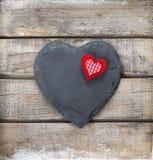 在木背景的石心脏 库存图片