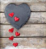 在木背景的石心脏 免版税库存照片