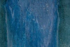 在木背景的破裂的老绿松石油漆 免版税库存照片