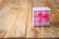 在木背景的礼物盒与空间 库存照片