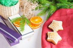 在木背景的礼物盒,姜饼和圣诞树分支 免版税库存照片
