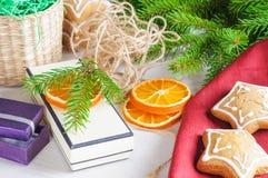 在木背景的礼物盒,姜饼和圣诞树分支 图库摄影