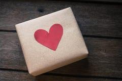 在木背景的礼物盒 库存照片