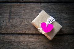 在木背景的礼物盒 免版税库存照片